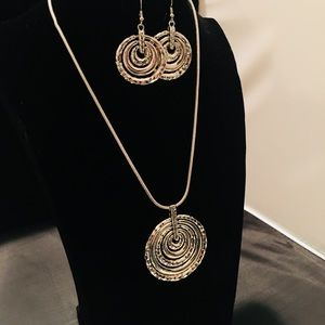 3 piece silver plated necklace matching earrings!